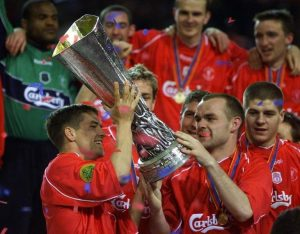 16 Mei 2001 Michael Owen mengangkat piala UEFA lifts the UEFA Cup watched by (L-R) Danny Murphy (2R) and Steven Gerrard after winning the final against Deportivo Alaves at Dortmund's Westfalen stadium May 16, 2001.Liverpool won a thriller 5-4 after extra time. DB - RTR141RP